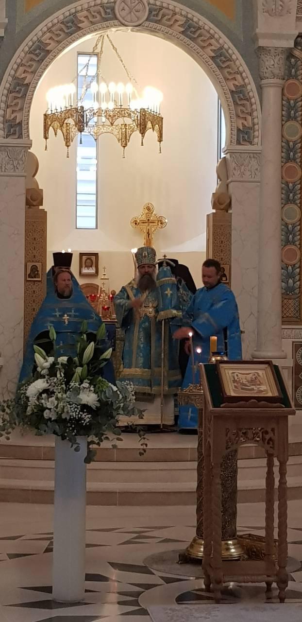 Епископ Питирим возглавил Божественную литургию в Свято-Троицком соборе Парижа