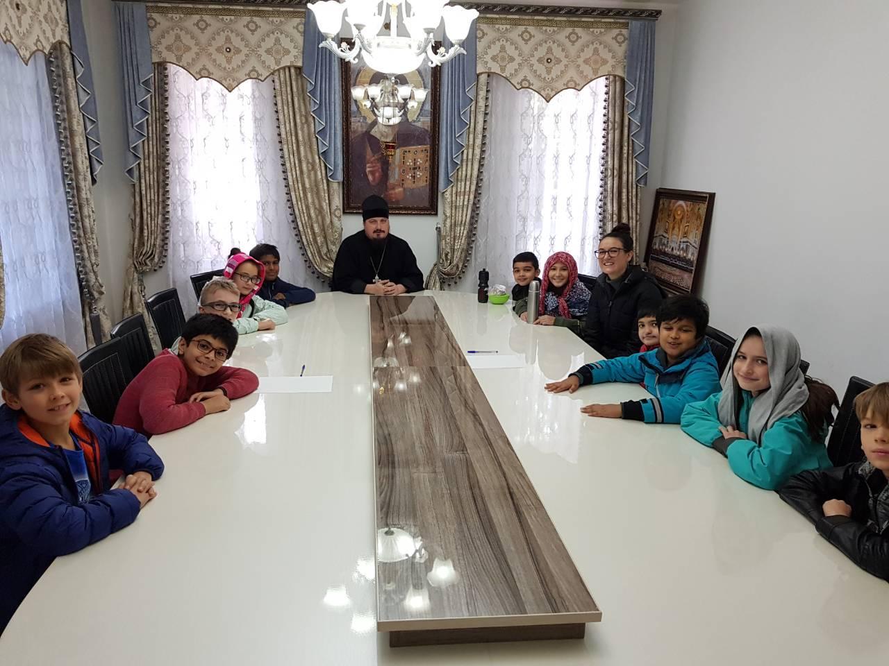 Свято-Никольский собор посетили дети из международной школы