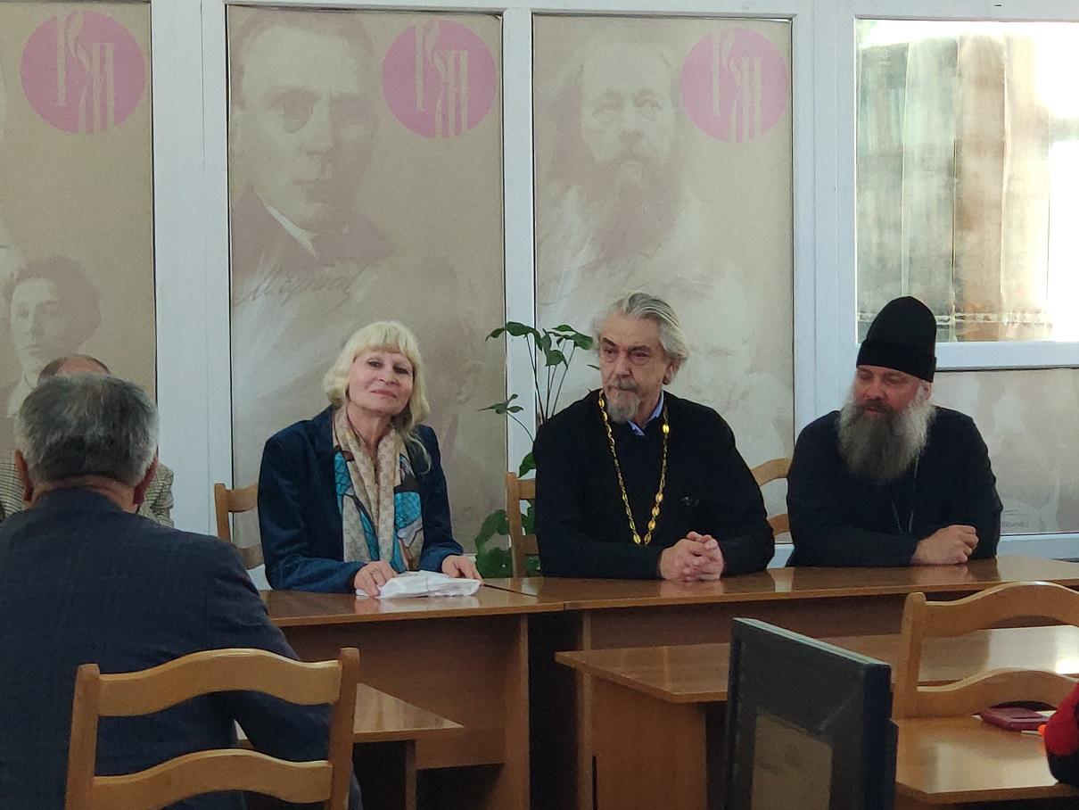 Встреча студентов РТСУ с русскими писателями прот. Владимиром Вигилянским и Олесей Николаевой